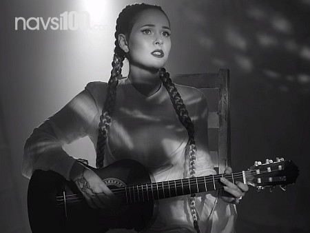 Солістка The Hardkiss під гітару заспівала про свою інтимну історію
