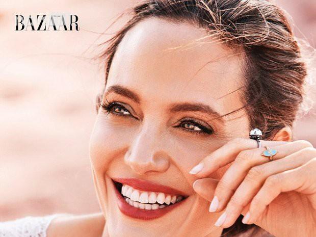 Джолі почаювала з гепардами посеред пустелі