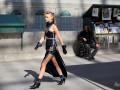 Шоу Chanel: моделі у спідницями з високими розрізами на паризьких вулицях